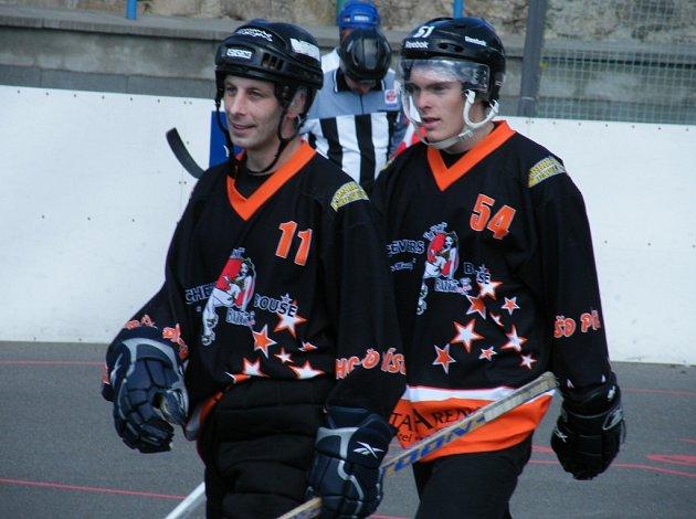 Na snímku z nedávného zápasu 2. NHbL HC ŠD Písek – TJ Stars Suché Vrbné jsou domácí hráči Pavel Bíba (vlevo, v utkání proti Táboru vstřelil hattrick) a Mates Kocourek.