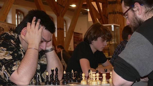 Ve dnech 9. - 16. října se v Lázních Hotelu Vráž uskuteční Šachový duel velmistrů Viktora Korčného a Vlastimila Horta. První partie je na programu v sobotu 9. října od 15 hodin v zámeckém salonku.