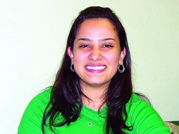 """JIHOAMERICKÁ POHODA. Studentka Mariel Salgado Rieros je v Písku velice spokojena, nevadí jí ani současné zimní počasí. """"U nás doma v Brazílii je teď  teplo a lidé se tam chodí koupat, ale mě to nevadí, je mi tady  dobře,"""" směje se dívka."""