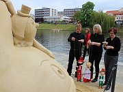 Vernisáž obřích pískových soch na nábřeží řeky Otavy.