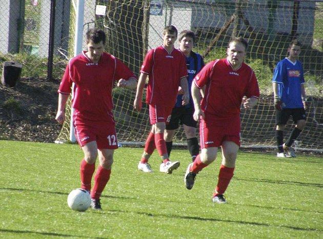 Fotbalisté Sokola Čížová B (na snímku v červeném) zvítězili v dalším utkání okresní III. třídy nad rezervou SK Čimelice 2:1.