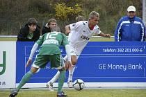 Domácí Michal Skopalík (v bílém) se snaží přejít přes bránícího Petera Očovana v nedávném šlágru třetí fotbalové ligy, ve kterém FC Písek podlehl týmu Bohemians Praha 0:2. V sobotu 20. listopadu Písečtí zakončí podzimní sezonu zápasem s Plzní B.