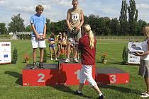 Na snímku je na nejvyšším stupni starší žák Petr Bareš (TJ Chyšky) za vítězství ve skoku vysokém na Velké ceně v Táboře. Cenu mu předávala bývalá reprezentantka Helena Fuchsová.