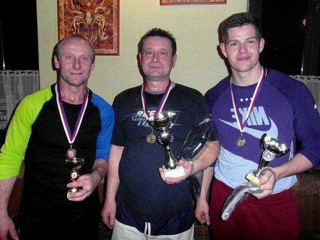 Na třetím místě novoročního turnaje ve stolním tenise  na Hradišti se umístil Miroslav Kašpar (vlevo), druhý skončil Tomáš Vejda (vpravo) a absolutním vítězem bez jediné prohry se stal Ladislav Lysina (uprostřed).