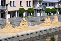 Na náplavce už jsou vidět sochy Tomáše Šobra a Augustina Reinera, socha k výročí píseckého klubu velocipedistů a píseckých ostrostřelců