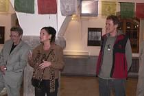 Při slavnostním zahájení výstavy  jsou (zprava) fotograf Jaroslav Havlík, galeristka Pavlína Petráková a ředitel Sladovny Písek Jiří Hladký.