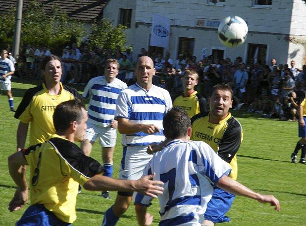Fotbalista Jan Koller (na snímku uprostřed) poprvé nastoupil v zápase okresního přeboru za tým Smetanovy Lhoty proti Borovanům a jedním gólem přispěl ke konečné remíze 3:3.
