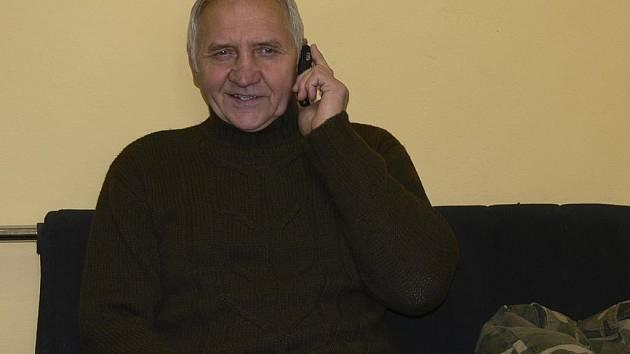 Karel Procházka nemá moc klidu, neustále vyřizuje nějaké telefonáty. Dnes jich bude asi hodně, přát mu bude k jeho šedesátinám spousta známých nejen od hokeje.