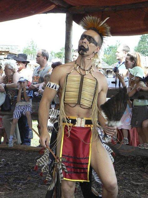 Bílí indiáni tančili na Pow–wow.