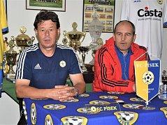 Na tiskové konferenci Rostislav Grossmann (vlevo) s trenérem Brozan Tiborem Mičincem.