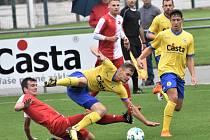 Fotbalisté FC Písek po vítězství se Slavií K. Vary (na snímku Martin Held padá po zákroku Martina Suchého) hrají v úterý doma v Mol Cupu s prvoligovou Duklou Praha (17.00)!