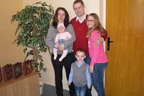 Terezka Bučková s rodiči a  bratříčkem Matyáškem a sestřičkou Natálkou.