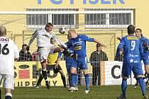 Domácí Jan Zušťák (v bílém dresu) v hlavičkovém souboji s Janem Chvojanem v posledním podzimním utkání České fotbalové ligy, ve kterém Písek remizoval s Plzní B 1:1.