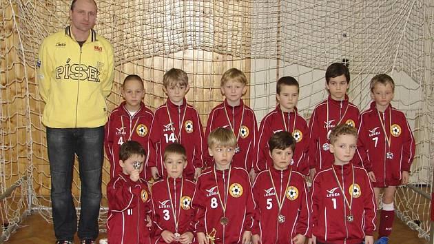 Na snímku je ve Vimperku stříbrná minipřípravka FC Písek. V horní řadě stojí (zleva): trenér R. Hřebejk, M. Kačírek, A. Polcar, F. Hřebejk, V. Gornický, P. Lochman, V. Nosek. V pokleku: J. Kozák, J. Kapinus, Št. Hrdlička, M. Lejčar a M. Kozelka.
