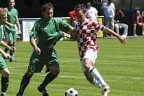 Na snímku bojují o míč domácí Mašek (vpravo) a čížovský Mrkáček. V utkání minulého kola krajského fotbalového přeboru: Hluboká - Čížová 2:1.