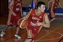 Na snímku z druholigového zápasu mužů je v akci s míčem písecký basketbalista Filip Zunt.
