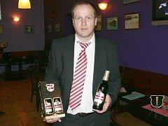 Obchodní ředitel protivínského pivovaru Platan Daniel Budějcký představuje v českobudějovickém hostinci U černého koníčka pivo Lobkowicz Premium.