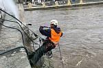 Odborná firma zbavuje most nečistot tlakovým čističem.