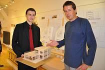 Na snímku je   je Pavel Lemberger  (vlevo) se zástupcem ředitele SOŠ a SOU v Písku , který tuto maturitní práci schválil.