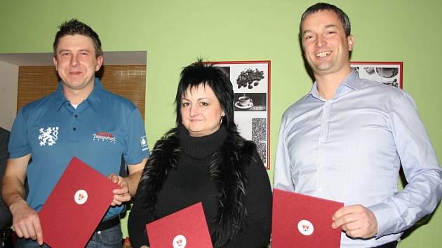 JSOU NEJLEPŠÍ. Na snímku je Martin Komárek, Eva Suchanová a Jiří Hanus, kteří od zástupců Oblastní kanceláře Milevsko Jihočeské hospodářské komory převzali certifikát a také plaketu. Fo