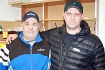 KOUČ A ROZHODČÍ. Miroslav Šperl (vlevo) a Martin Šperl (vpravo) se oba věnují hokeji. V rodině je hra s gumovým toušem sportem číslo jedna. Otec je dlouholetý trenér. Syn se po ukončení hráčské kariéry vrhl na dráhu rozhodčího.