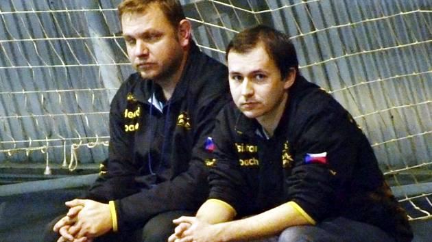 ROZHODUJÍCÍ BITVY. Házenkářky Písku čeká absolutní finiš sezony. Jak v něm uspět, tím si hlavu společně lámou hlavní trenér Jan Slavík (vlevo) a jeho asistent Antonín Pokorný (vpravo).
