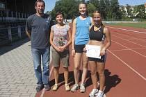 Milevský trenér Pavel Fleischmann se svými svěřenkyněmi.