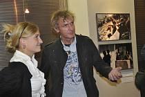 Výstava fotografií Jana Šibíka je jednou z doprovodných akcí Mezinárodního festivalu studentských filmů v Písku, Na snímku z vernisáže v Prácheňském muzeu je fotograf spoelčně s ředitelkou festivalu Vladanou Terčovou.