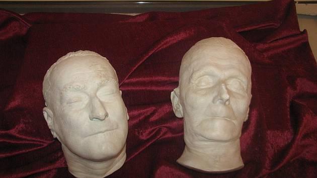 Na snímku vpravo je posmrtná maska Fráni Šrámka, na levém snímku E. E. Kische.