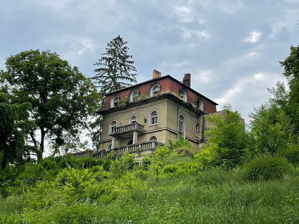Chátrající historická vila Marta, kterou nechal vystavět otec politické vězenkyně Dagmar Šimkové.