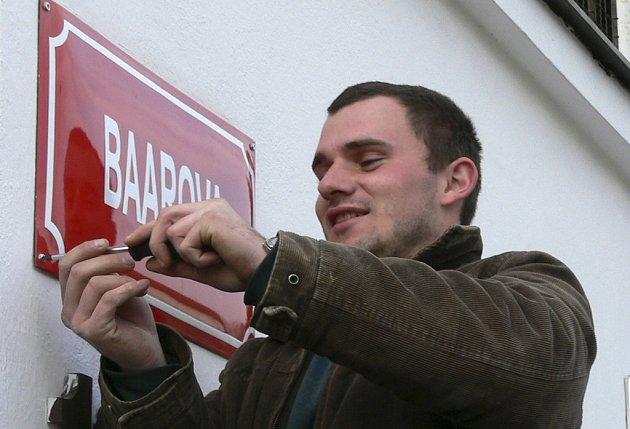 VÝMĚNA.  Pavel Matoušek z Městských služeb Písek  včera vyměňoval ceduli mimo jiné v Baarově ulici.