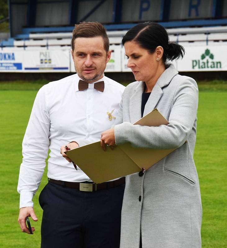 Své ANO si Jaromír Vorel a Petra Veselá řekli přímo na protivínském fotbalovém hřišti.