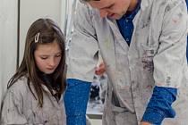 NA VÝSTAVĚ. Na snímku je galerijní pedagog písecké Sladovny  Tomáš Novotný s jednou z malých návštěvnic interaktivní výstavy Tiskařiště, která je otevřená do 16. října.