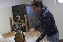 Etnograf Prácheňského muzea v Písku Jan Kouba  připravil Madonu k cestě za restaurátorem.