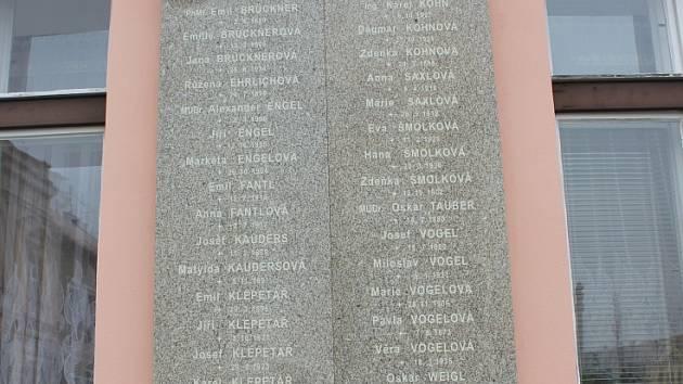 Pamětní deska mirovickým obětem židovského holocaustu.