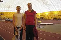 Na snímku jsou dvě bývalé milevské atletky Karolina Černá (vlevo) a Kateřina Kašparová před zahájením halového krajského přeboru v Praze.