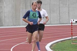 Závod na 5 000 metrů se v Nové Včelnici běžel jako krajský přebor. Písecký Jiří Jansa (č. 43) obsadil velmi pěkné druhé místo a bral stříbrnou medaili.