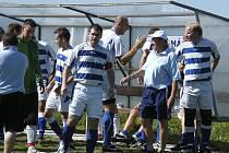 Fotbalisté Smetanovy Lhoty zvítězili v domácím zápase okresního přeboru nad Kovářovem 3:1. Kanonýr Jan Koller (na snímku uprostřed) přispěl k této výhře dvěma góly.