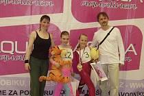 Dívky klubu EDITA Sokol AK startovaly na mistrovství ČR v soutěžním aerobiku Master Class. Na snímku je Michaela Veselá (druhá zprava), mistryně ČR v kategorii 8 - 10 let, s Kateřinou Fukovou (4. místo) a trenéry Editou a Zdeňkem Šťastných.