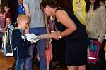 První školní den v ZŠ Sepekov.  Do auly školy přivedl deváťák Michal Klíma prvňáčka Matyáše Jakeše.