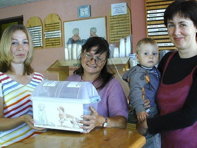 Na snímku před odpečetěním kasičky zleva majitelka Naturalu Jitka Pavlátová, majitelka útulku Ivana Gašparíková a Veronika Paluková, iniciátorka sbírky.