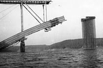 Fotografie ze stavby Žďákovského mostu.