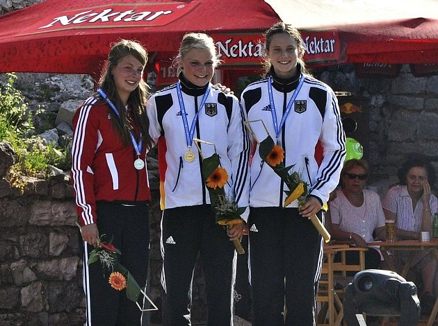 Ve sjezdu to medaile z individuálního závodu tentokrát nebyla, na pódium se ale Pavlína Zástěrová (vlevo) postavila před dvěma týdny v bosenské Banja Luce na mistrovství Evropy juninorů ve slalomu společně se zlatou a bronzovou kajakářkou z Německa.