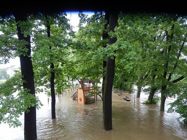 Velká voda začátkem června zaplavila i dětské hřiště na Městském ostrově v Písku.