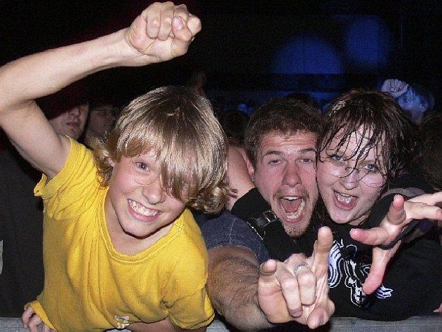 Páteční rocková smršť skupin Prohrála v kartách, Vypsaná fixa a slovenských Horkýže slíže přitáhla zaslouženou pozornost  tisícovky fanoušků. Výbornou atmosféru minifestivalu nemohl pokazit ani vydatný déšť, který skandující rockery několikrát za večer.