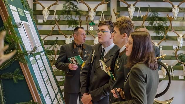 Vernisáž výstavy trofejí v areálu Lesnických škol v Písku.