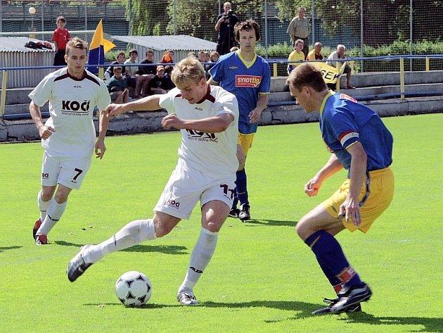 V souboji dvou kapitánů mužstev byl tentokrát úspěšnější domácí Jan Zušťák (u míče), který obešel hostujícího Radka Voneše, vlevo všemu přihlíží Martin Malý.