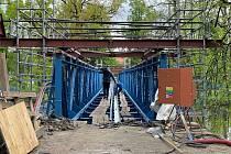Lávka přes Otavu už dostala modrý nátěr, mostovku firma položí za tři týdny.