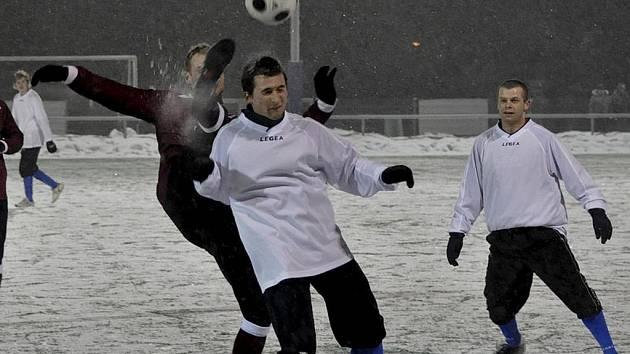 Fotbalová příprava na jaro pokračuje. Mužstvo FC Písek B vyhrálo na hřišti divizních Strakonic 2:1. Na snímku z tohoto utkání bojují o míč písecký Šácha a domácí Vršecký.