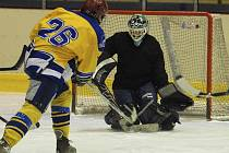 Záhora střílí na branku Sosny v utkání okresního přeboru - Milevské hokejové ligy, ve kterém tým Seals Milevsko zvítězil nad HC Olší 10:6. Soutěž pokračuje i o tomto víkendu.